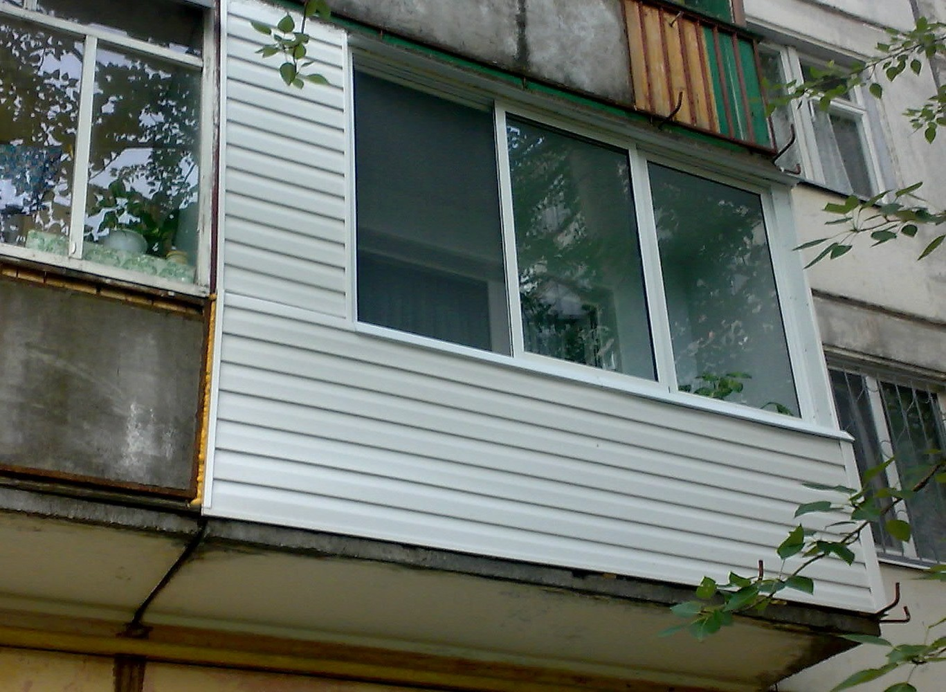 Сотрудники мЧс спасли мужчину с балкона, на котором запер ег.