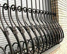 Рама металлическая с установленной с наружи решеткой.