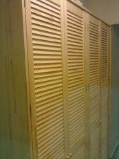 Шкаф на балкон из дверей жалюзи